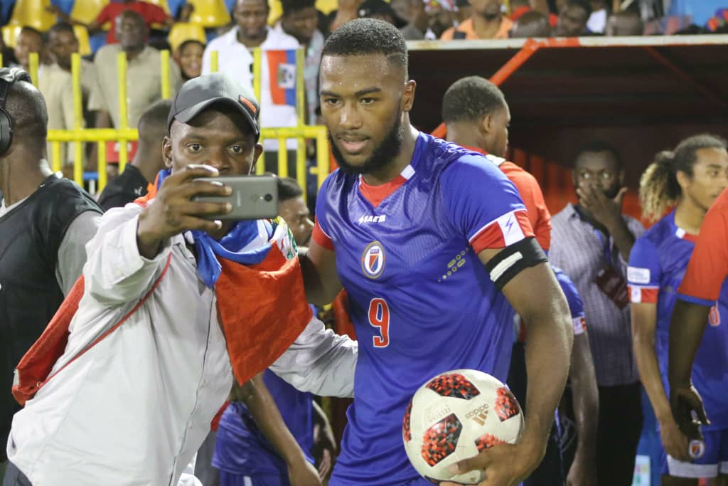 Nazon prenant un selfie avec un fan. Photo de la Concacaf