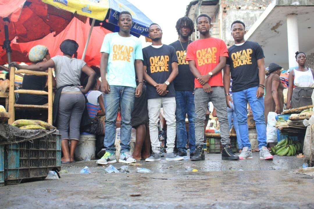 Des jeunes posent avec leur maillot Okap Bouke, un mouvement citoyen lancé par des universitaires du Campus Henry Christophe de Limonade
