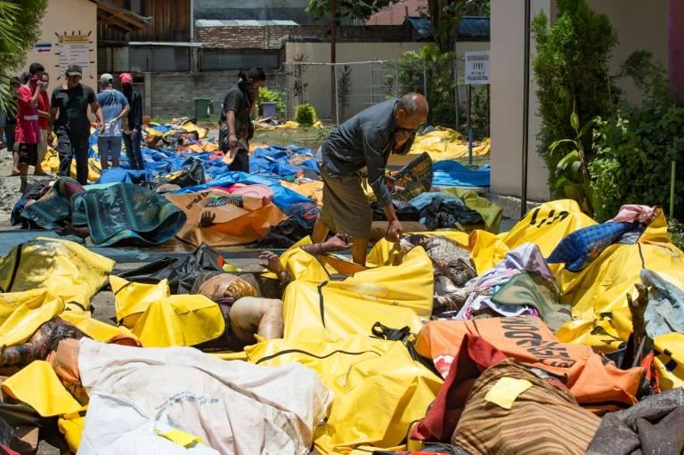 Des proches de victimes tentent d'identifier des corps devant un hôpital de Palu en Indonésie, le 30 septembre 2018