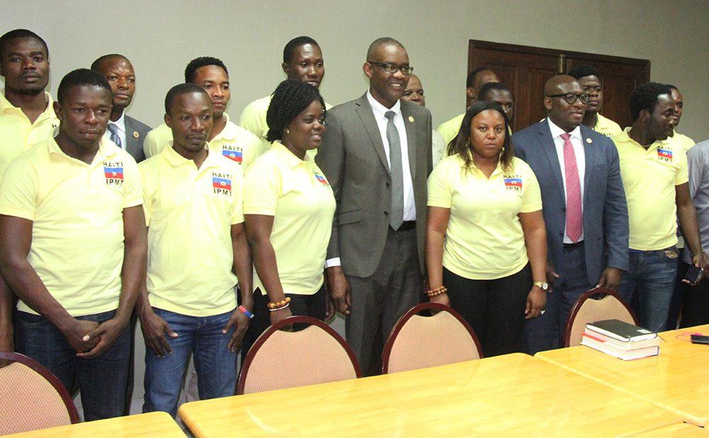 Photo : Le ministre Jobert C. Angrand, le directeur général Branly Eugène ainsi que la délégation des 16 jeunes formés en Aviculture - Crédit : MARDNR