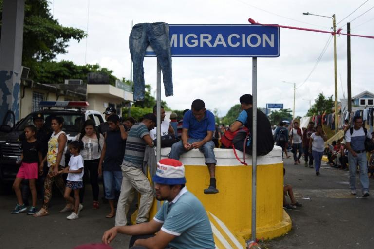 """Petite-fille hondurienne, qui fait partie de la """"caravane"""" de migrants en route vers les Etats-Unis, sur le pont frontalier entre le Guatemala et le Mexique dans la ville de Ciudad Tecun Uman,le 20 octobre 2018"""