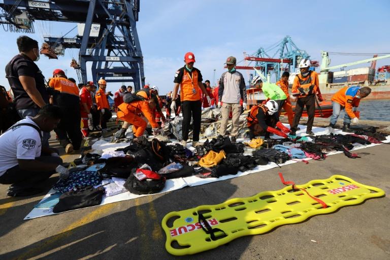 Des proches de passagers d'un avion de la compagnie indonésienne Lion Air qui s'est abîmé en mer avec 189 personnes à bord, à l'aéroport de Pangkal Pinang en Indonésie le 29 octobre 2018