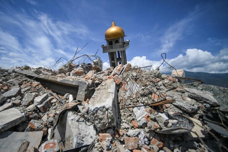 Un soldat indonésien marche dans les décombres dans le quartier de Perumnas Balaroa à Palu, après un séisme suivi d'un tremblement de terre, dans l'île des Célèbes en Indonésie le 6 octobre 2018