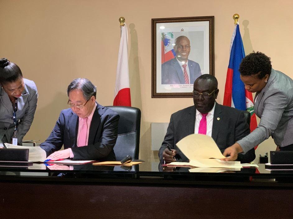 Signature de l'accord de 4 millions 4 cent mille dollars américains entre Haiti et le Japon par leurs ambassadeurs respectifs.
