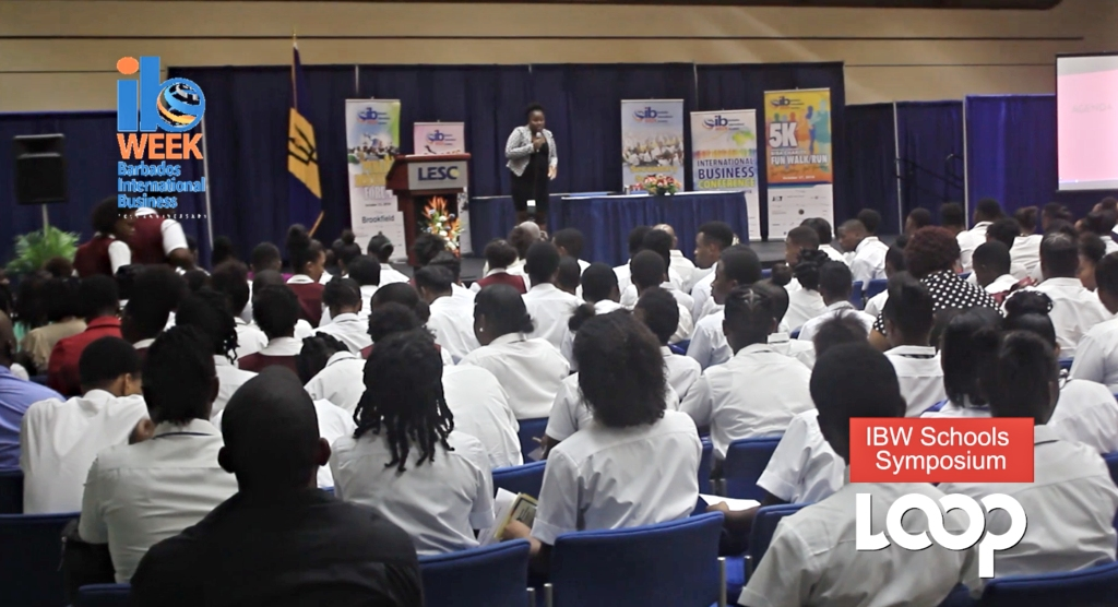 10-minute manager Ayisha Moore-Niles interacts with students about social media use.