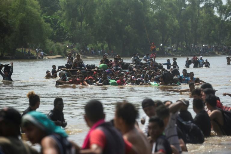 Des migrants honduriens traversent la rivière Suchiate entre le Guatemala et le Mexique, le 29 octobre 2018