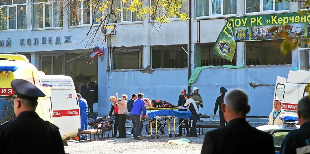 Les secours portent assistance à la victime d'une explosion dans un collège, dans la ville de Kertch en Crimée, le 17 octobre 2018
