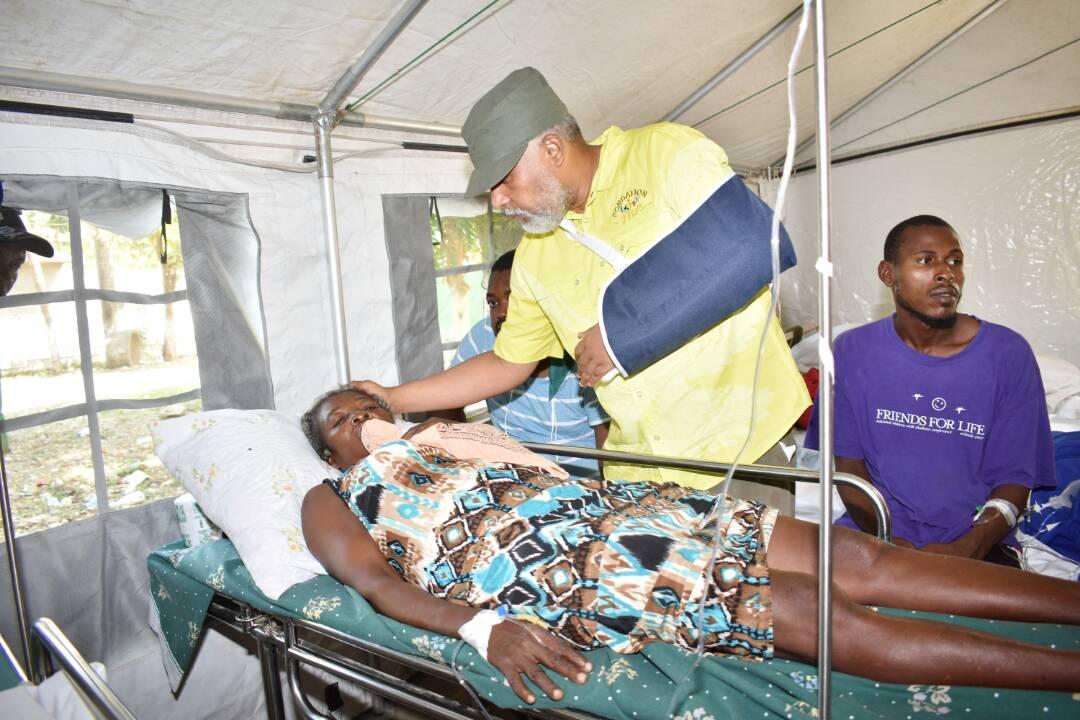 Eric Jean Baptiste avec une victime du séisme