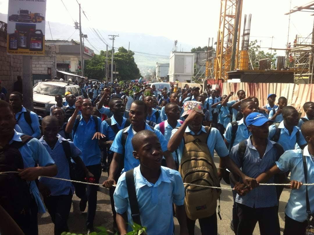 Ils étaient des centaines de lycéens à exprimerleurs frustrations, ce vendredi matin, dans certaines rues de Port-au-Prince