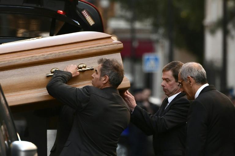 Le cercueil de Charles Aznavour est porté vers la cathédrale arménienne Saint-Jean-Baptiste, samedi 6 octobre 2018