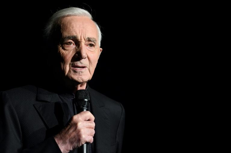 Des fleurs et des bougies déposées sur l'étoile de Charles Aznavour à Hollywood le 2 octobre octobre à Los Angeles