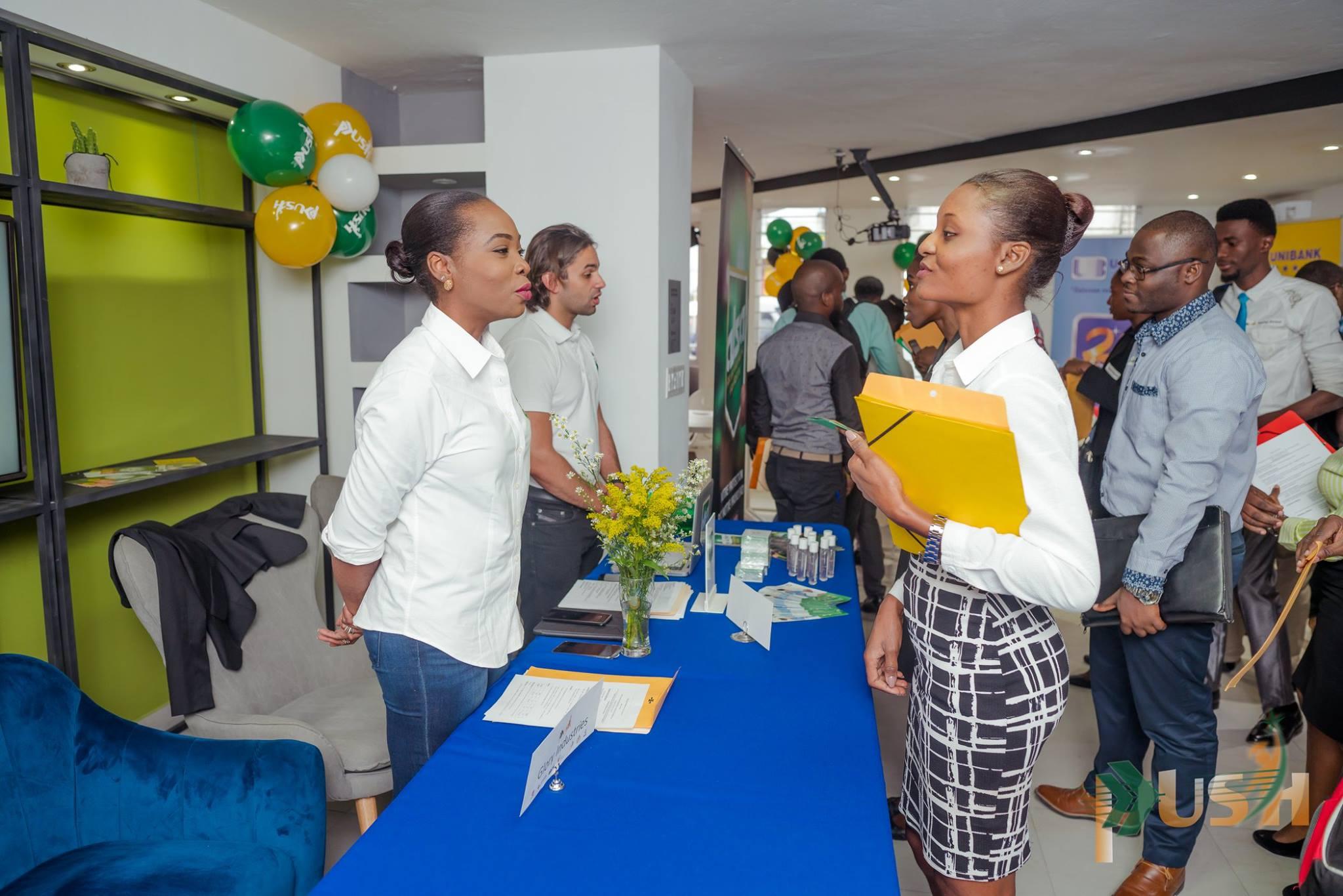 Echanges entre un participant et un représentant d'entreprise lors du salon de l'emploi organisée a la deuxième édition de PUSH