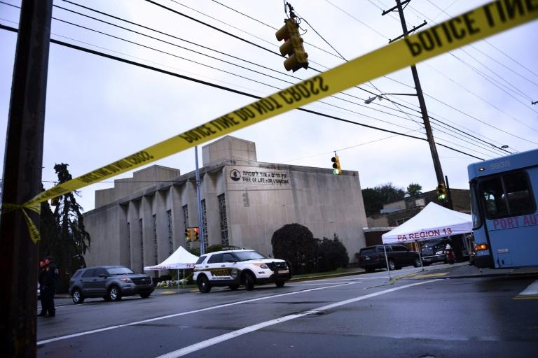 """La police aux abords de la synagogue """"Tree of Life"""" (Arbre de vie), le 28 octobre 2018 à Pittsburgh, aux Etats-Unis, au lendemain de la pire attaque antisémite de l'histoire du pays"""