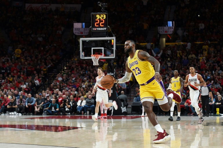 LeBron James s'incline avec les Los Angeles Lakers sur le parquet des Trail Blazers à Portland, le 18 octobre 2018