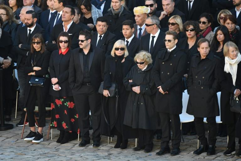 Le cercueil du chanteur Charles Aznavour porté par les gardes républicains lors de l'hommage national aux Invalides, le 5 octobre 2018 à Paris