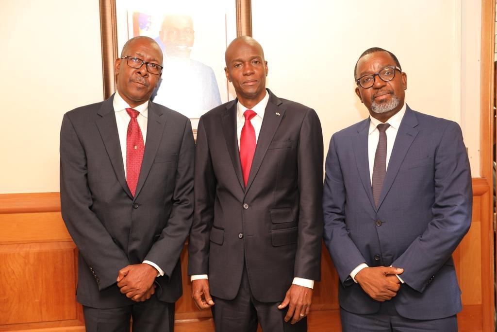 Le president Jovenel Moise au milieu de son ancien Directeur de cabinet, Wilson Laleau et son remplaçant, Nahomme Dorvil