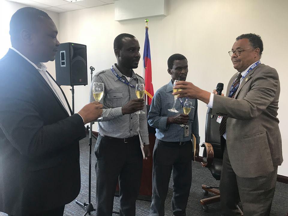Le ministère du Commerce honore deux de ses employés. Photo: Ministère du Commerce et de l'Industrie/Facebook