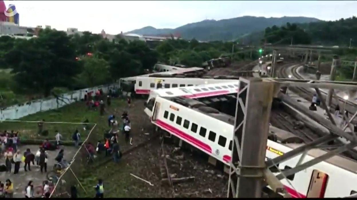Vue générale du train qui a déraillé à Yilan (Taïwan), au lendemain de l'accident, le 22 octobre 2018