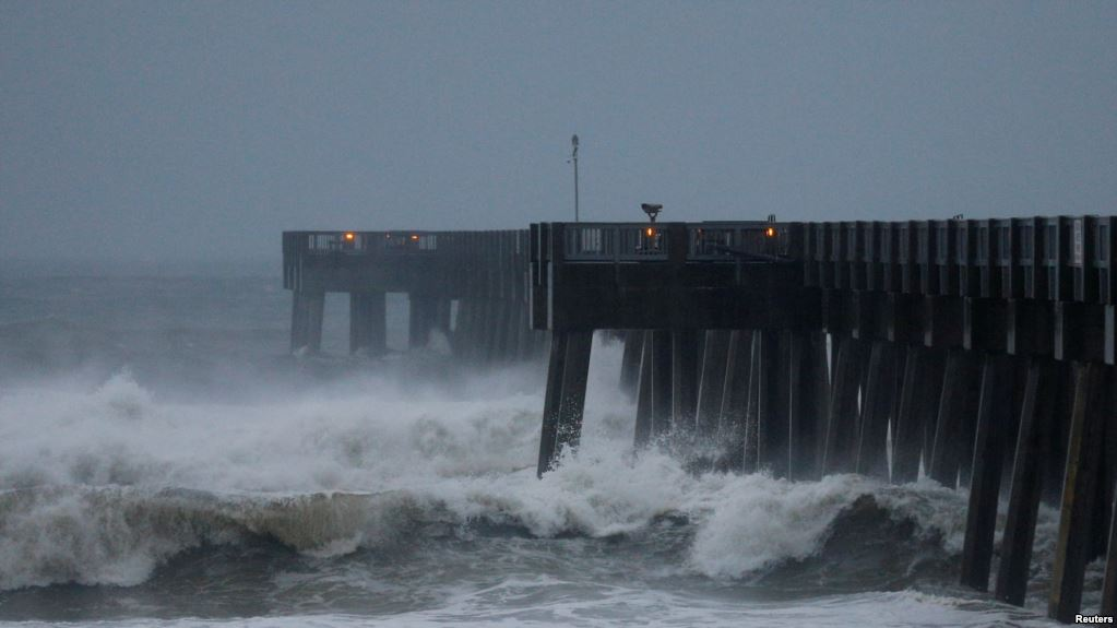 Des vagues s'abattent sur la côte du Panama City Beach à l'approche de l'ouragan Michael, Floride, 10 octobre 2018.