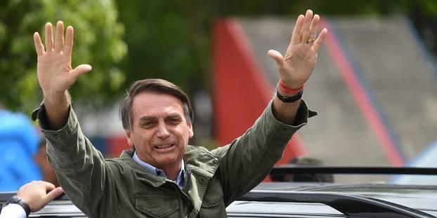 Le candidat d'extrême droite Jair Bolsonaro et sa femme Michelle à leur arrivée dans un bureau de vote à Rio pour le deuxième tour la présidentielle brésilienne le 28 octobre 2018