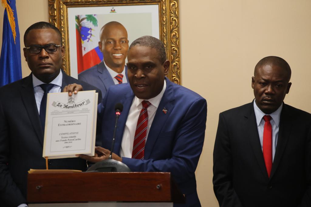 Le Premier ministre Jean Henry Céant -document en main- en conférence de presse ce jeudi 25 octobre. Photo: Ministère de la Communication Haïti