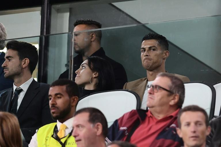 L'attaquant vedette de la Juventus Cristiano Ronaldo (d) suit le match face aux Young Boys en C1, le 2 octobre 2018 à Turin