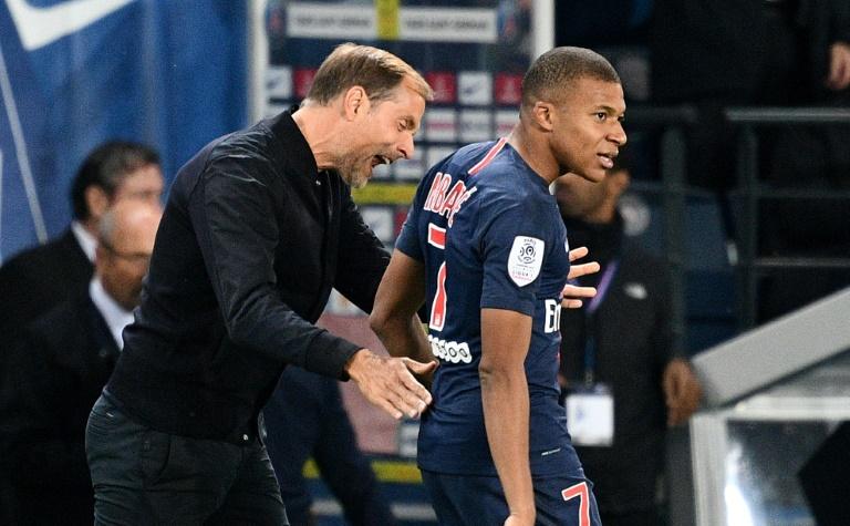 L'attaquant du PSG Kylian Mbappé, auteur d'un quadruplé, remercie les supporteurs à la fin du match contre l'OL au Parc des Princes, le 7 ocotbre 2018
