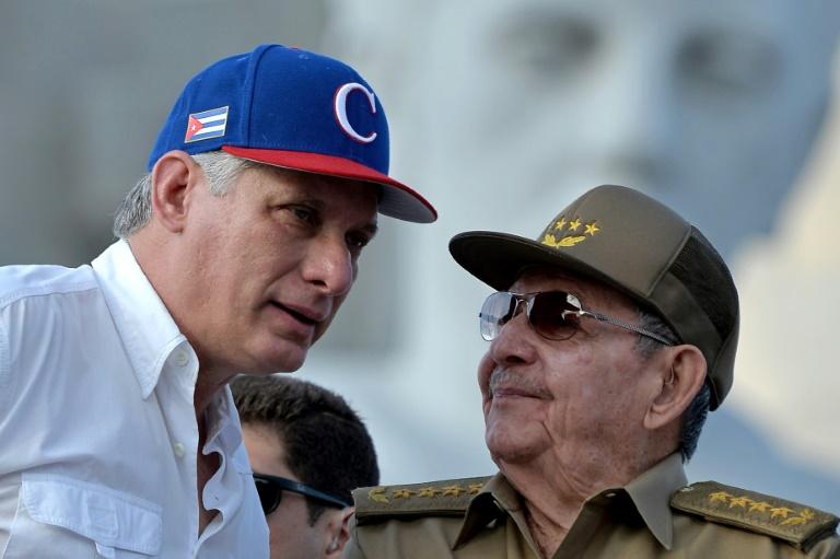 Le président cubain Miguel Diaz-Canel et son prédecesseur Raul Castro à La Havane le 1er mai 2018 / AFP/Archives