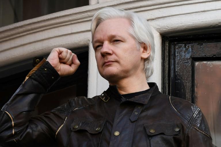Le fondateur de WikiLeaks Julian Assange sur le balcon de l'ambassade d'Equateur à Londres, le 19 mai 2017