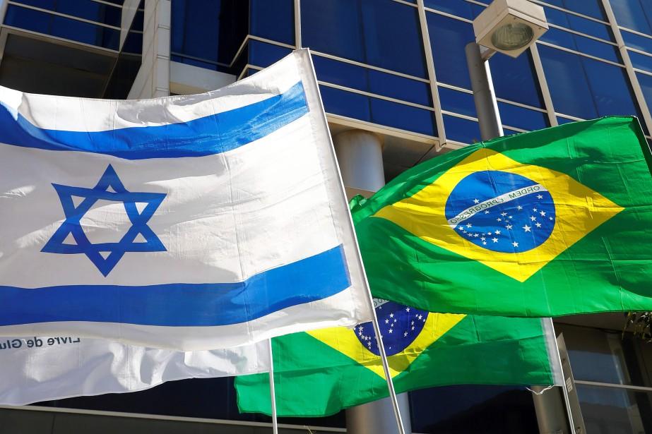 Photo des drapeaux israélien et brésilien devant l'ambassade du Brésil à Tel-Aviv, prise le 28 octobre 2018