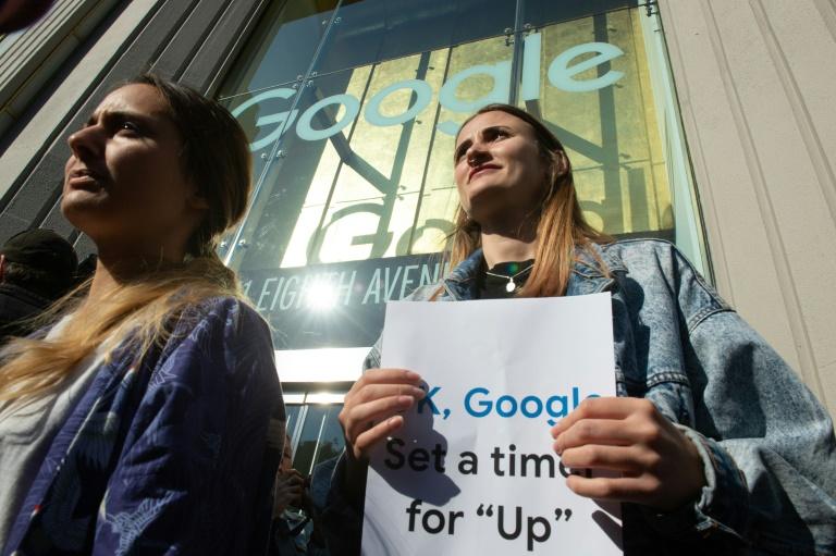 Des employés de Google manifestent à Londres, devant le bâtiment abritant les bureaux de la firme, pour protester contre sa gestion du harcèlement sexuel, le 1er novembre 2018