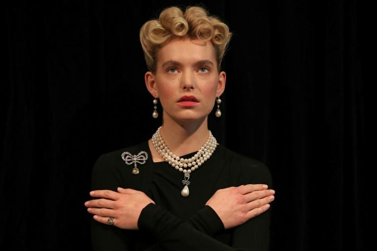 Un modèle porte des bijoux de Marie-Antoinette, notamment un collier orné d'une perle naturelle d'une taille exceptionnelle en forme de poire, lors d'une séance photo le 19 octobre 2019 à Londres