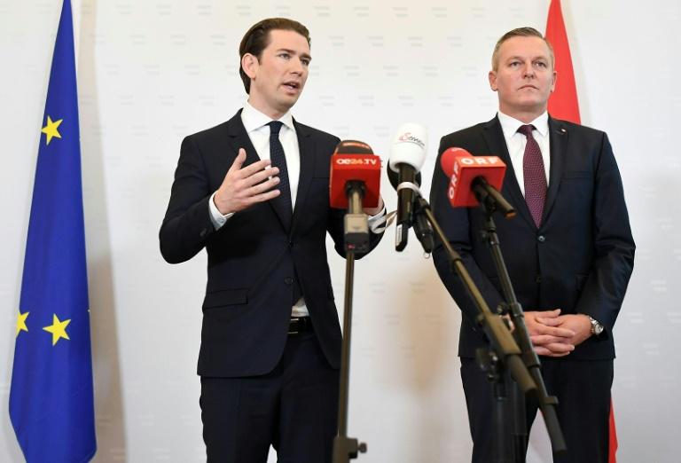 Le chancelier autrichien Sebastian Kurz et le ministre de la Défense Mario Kunasek dévoilent devant la presse le cas de cet ancien officier de l'armée soupçonné d'avoir espionné pour le compte de la Russie. Vienne le 9 novembre 2018.