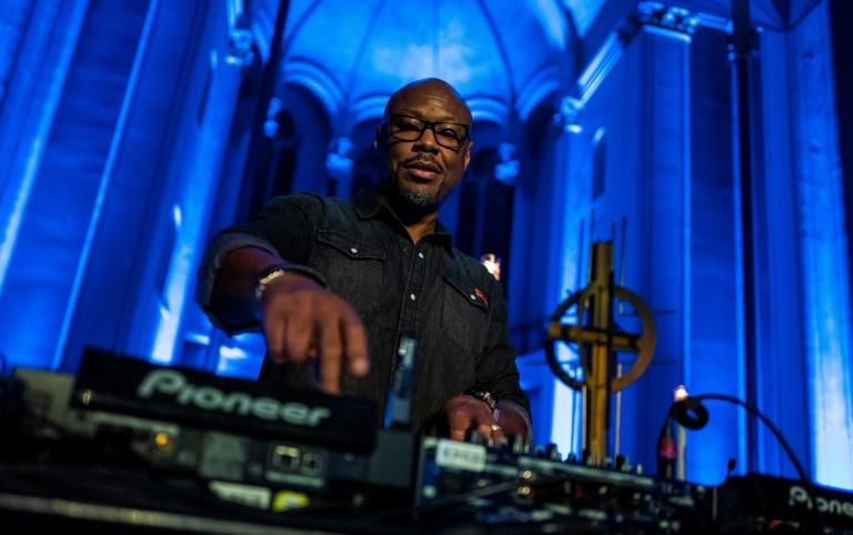 Le DJ et pasteur Robert Hood mixe dans l'église Saint Thomas à Berlin, le 9 novembre 2018