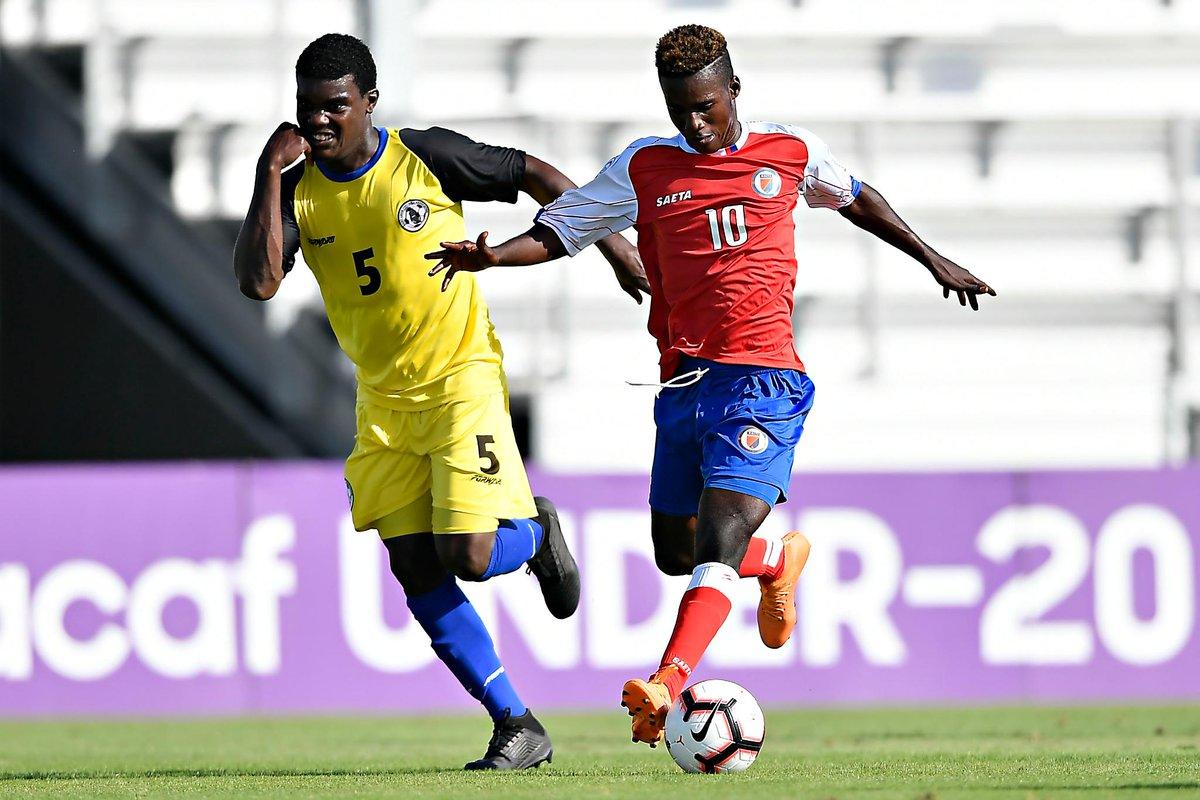 Steeve Selso Saint-Duc aux prises avec un jouer de Sainte Lucie. Photo de CONCACAF