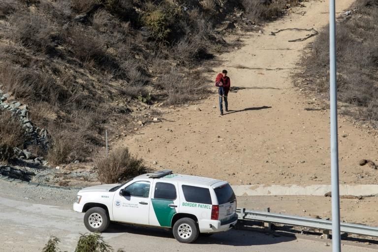 De petits groupes de migrants sont arrivés à la frontière américano-mexicaine, du côté des plages de Tijuana (Mexique), le 13 novembre 2018