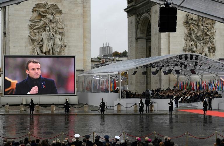 Emmanuel Macron prononce une allocation célébrant le centenaire de l'armistice du 11 novembre 1918, sous l'Arc de Triomphe à Paris
