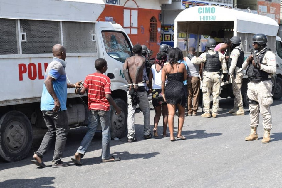 Arrestation de plusieurs dizaines de personnes lors de l'opération visant à Capturer le chef de Gang Arnel : Crédit Photo : Forum des  Médias Haïtiens