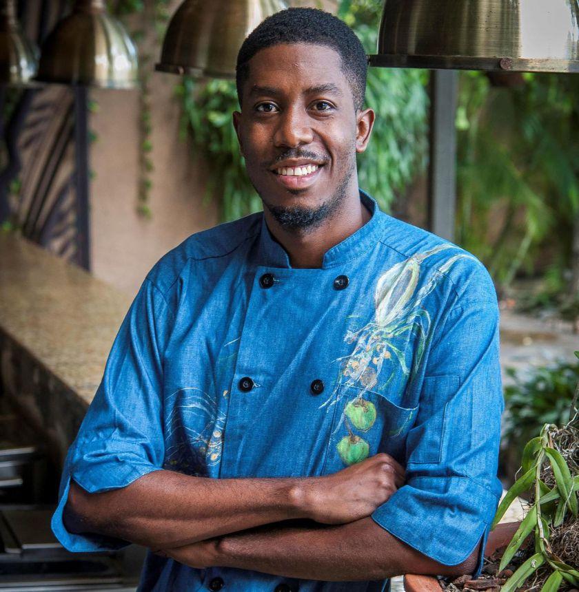 Le chef Paul Toussaint dans les cuisines du restaurant suresnois Le Père Lapin mercredi 21 et jeudi 22 novembre pour la semaine « Ti coup d'œil sou Haïti ». Marc Lee Steed