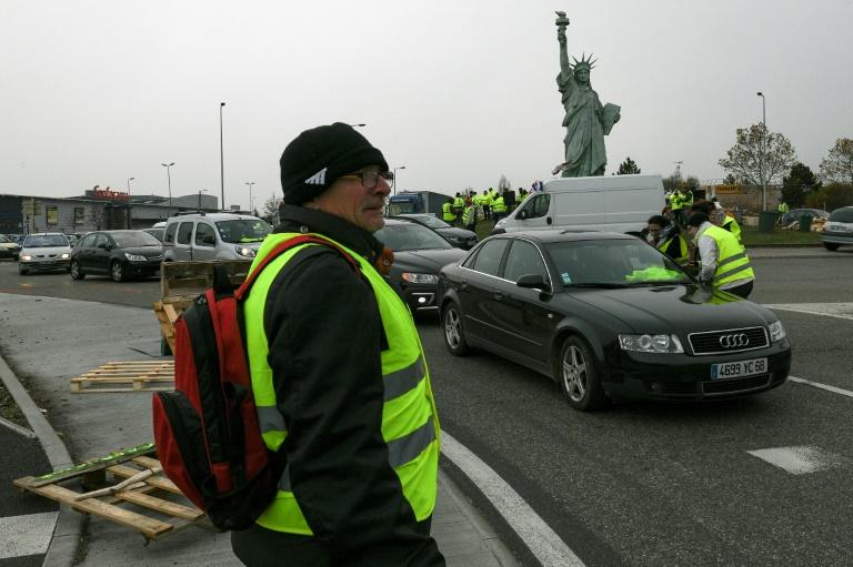 """Des """"gilets jaunes"""" bloquent une route à Saint-Denis-de-la-Réunion, le 19 novembre 2018"""