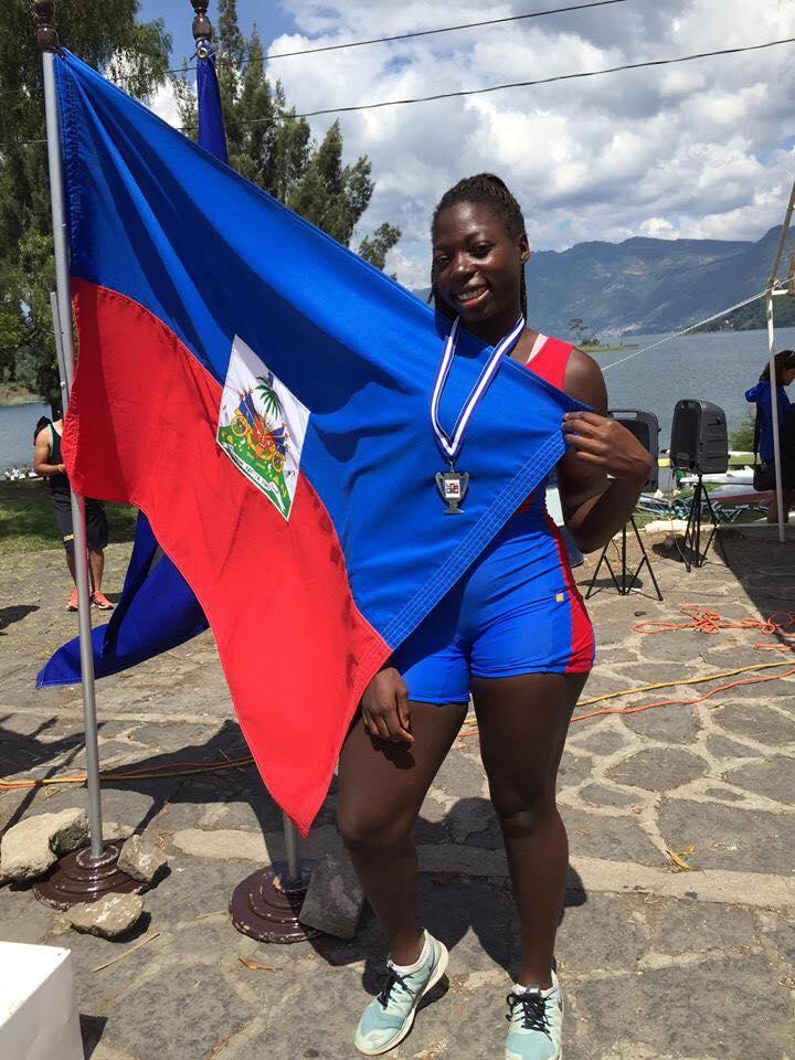 Gabrielle Amato avec le drapeau haïtien. Photo de la page Facebook de la Fédération haïtienne d'Aviron