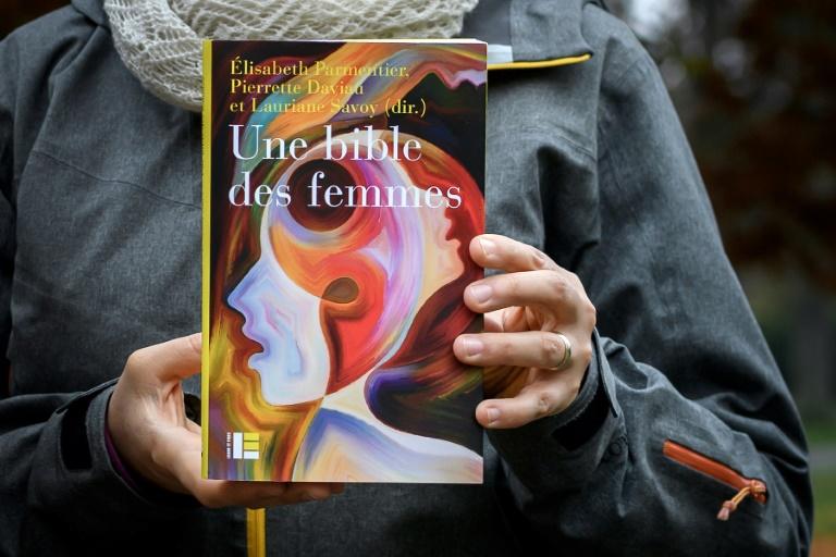 """Deux théologiennes de Genève, Elisabeth Parmentier (à gauche) et Lauriane Savoy présentent la """"Bible des femmes"""" à laquelle elles ont contribué, avec une vingtaine d'autres théologiennes, le 20 novembre 2018 à Genève"""