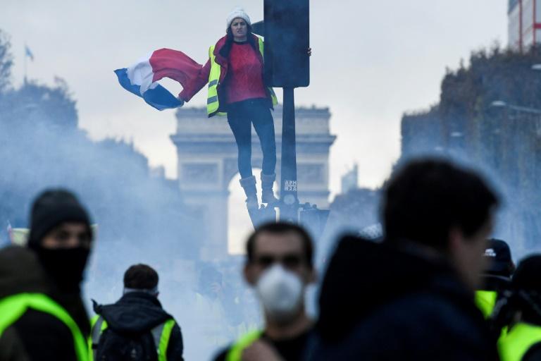 """""""Macron démission"""" peut-on lire sur ce gilet jaune, sur les Champs Elysées, le 24 novembre 2018"""