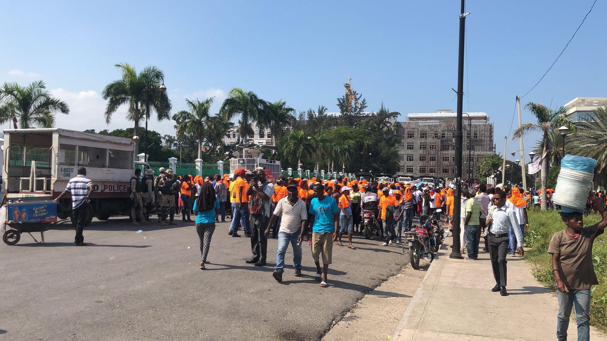 Une foule de gens massés, ce lundi matin, devant le Palais national où le Premier Ministre Jean Henry Céant procédait au lancement officiel du projet d'assainissement de la région métropolitaine de Port-au-Prince.