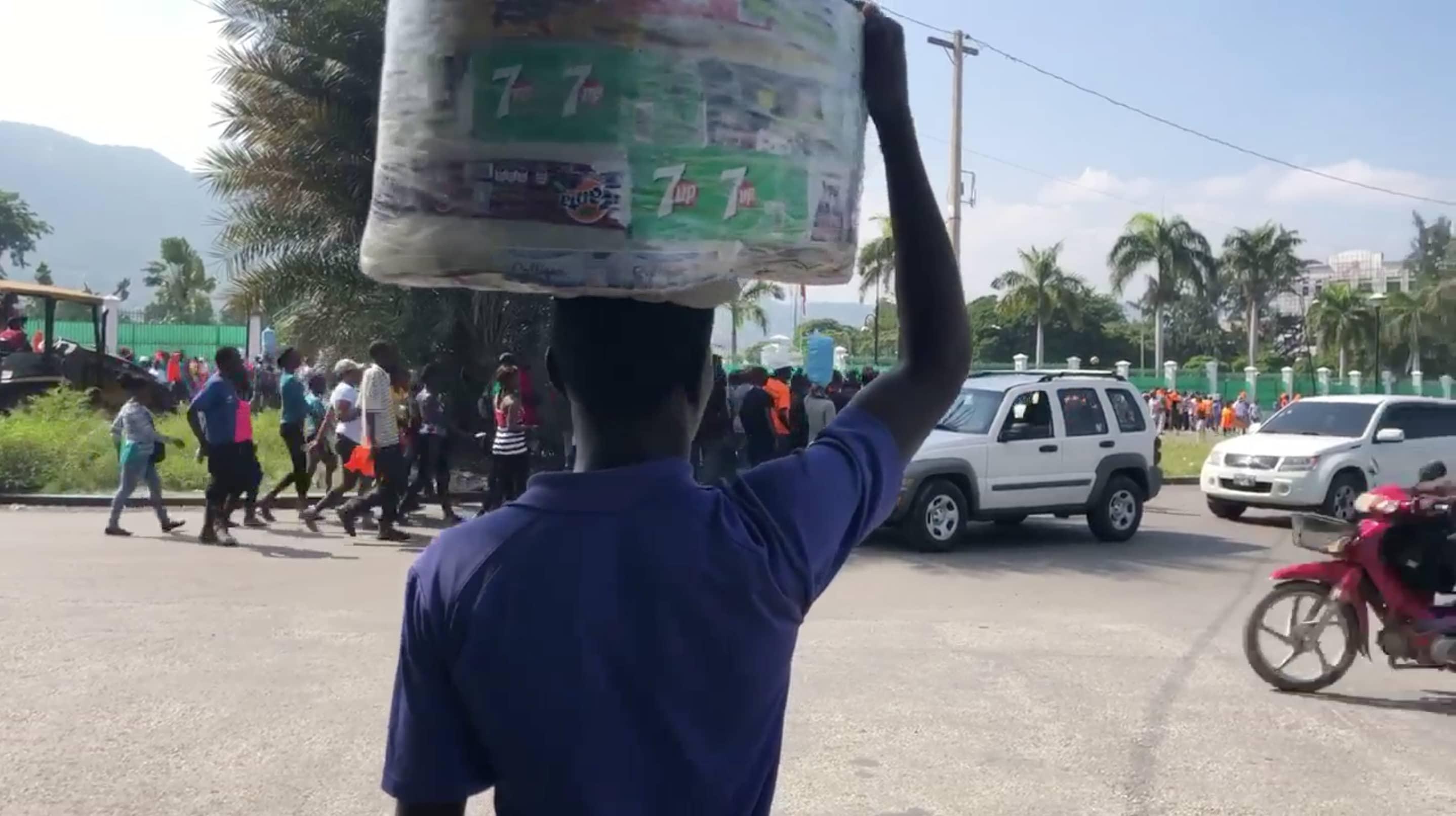 Un marchand ambulant promène ses sachets d'eau dans l'aire du Champs-de-Mars/ Photo et vidéo: Luckenson Jean/ LoopHaiti