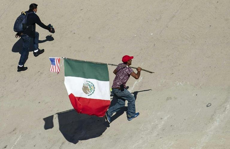Des migrants d'Amérique centrale tentent de traverser la frontière américaine à Tijuana le dimanche 25 novembre 2018
