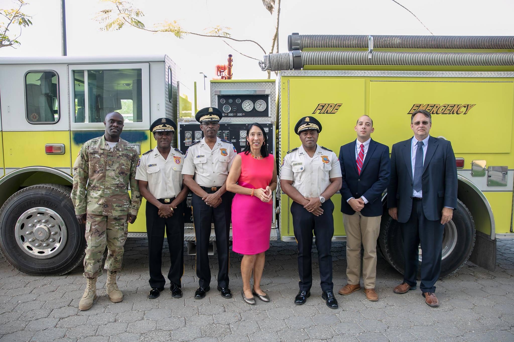 L'Ambassadeur des Etats-Unis Michel J Sisson et des cadres de la PNH - Crédit Photo : Page Facebook de l'Ambassade des Etats-Unis en Haiti.