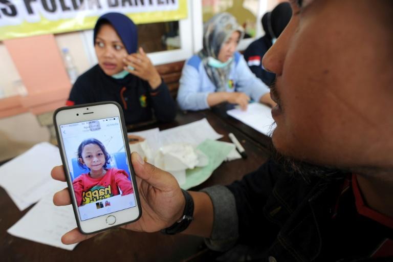 Des rescapés se reposent dans une mosquée à Tenjolahang, dans la province indonésienne de Banten le 26 décembre 2018, après le tsunami consécutif à une éruption volcanique