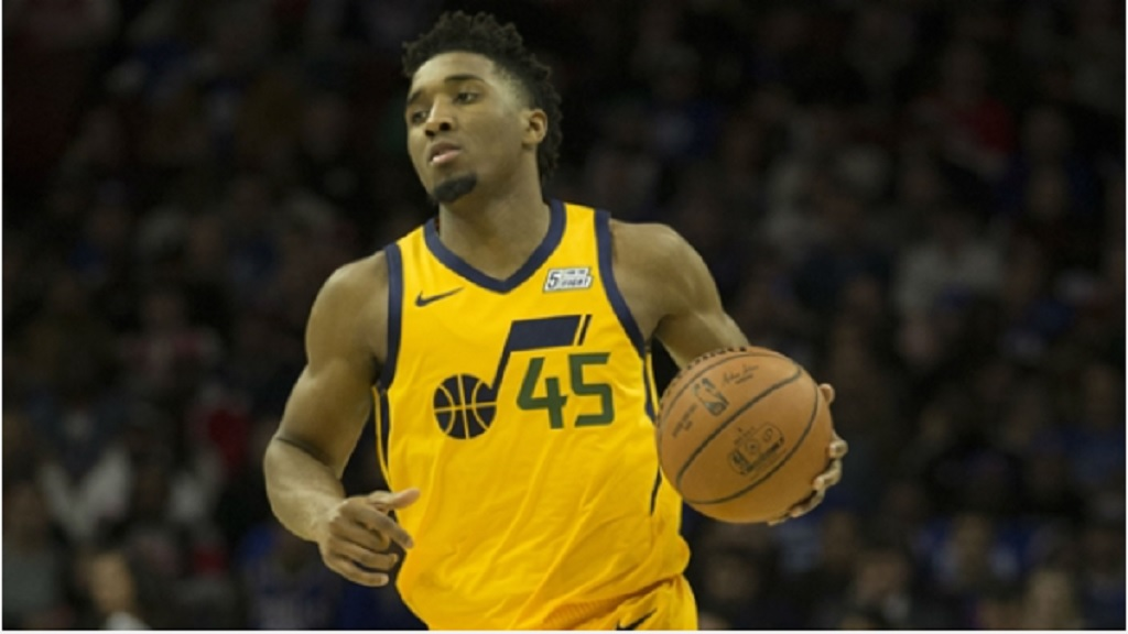 Donovan Mitchell leads the Jazz in scoring with 20 points.