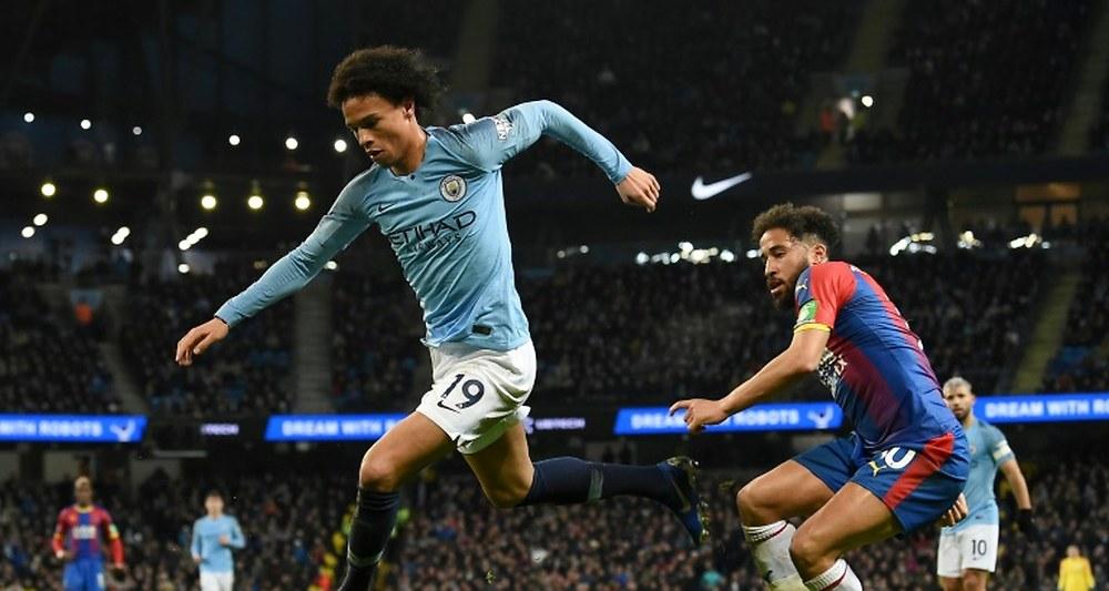 Le milieu allemand de Manchester City Leroy Sané (g) échappe au milieu de Crystal Palace Andros Townsend, le 22 décembre 2018 à l'Etihad Stadium de Manchester.